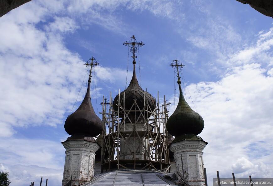 Купола церкви Троицы Живоначальной.