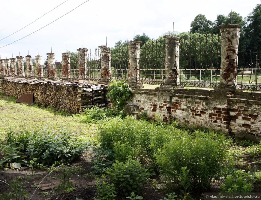 На рубеже XVIII - XIX вв. комплекс обнесен металлической оградой на каменных столбах с угловыми башенками и двумя воротами с востока и запада.
