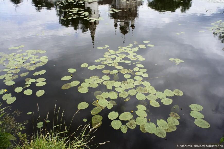 """Самое живописное в Холуе — не лаковые миниатюры, а сельские виды в половодье.  Раз в год, каждой весной, не смотря на все эти плотины и шлюзы, тихая и спокойная речка Теза разливается. Да так, что восемь холуйских улочек превращаются в каналы, и холуяне вдруг оказываются на островах. Зато на пару недель после таяния снега в Ивановской области появляется своя """"маленькая Венеция"""" с  паломниками-фотографами и гондольерами в оранжевых жилетах. Сельчане словно ихтиандры заходят в свои дома прямо из воды,  лодки паркуются в огородах, а Троицкая церковь целыми днями любуется на своё отражение."""