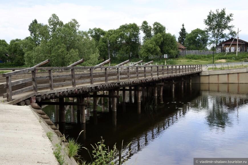 Мостам в Холуе не везёт. Их периодически сносит во время весеннего разлива. После чего в Холуй приезжает губернатор Ивановской области и требует, чтобы разрушенный весенним половодьем мост был восстановлен в кратчайшие сроки. Мост на радость местным жителям строят очень быстро.