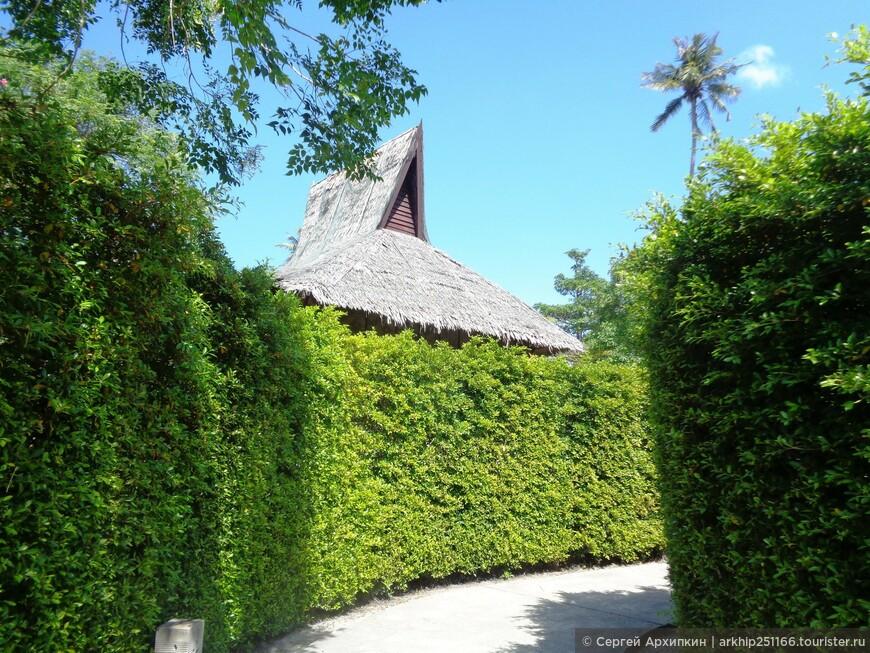 Затем я вернулся за 10 минут к развилке и направился на восточное побережье острова Пхи-Пхи Дон - здесь мне пришлось пройти через территорию отеля Phi Phi Islands Village Beach Resort