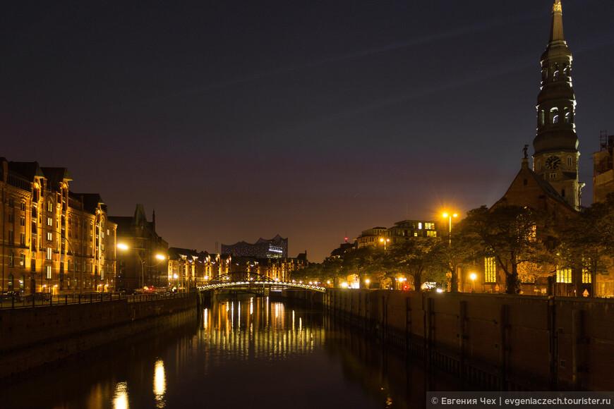 По каналам, на которых стоит комплекс, можно совершить романтическую прогулку на кораблике.