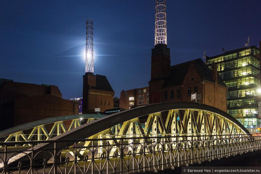 За этим мостиком возвышаются трубы генератора - городок сам себя обеспечивал энергией