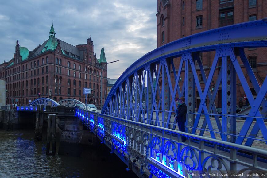 Раз в году Амбарный городок получает голубую подсветку