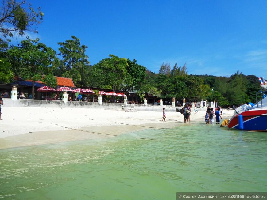 Большинство туристов , которых привозят на Пхи-Пхи Лей из Пхукета и Ао Нанга. посещают его с утра и обеда- в это время образуется громадное число туристов. что мешает почувствовать красоту этого маленького острова.