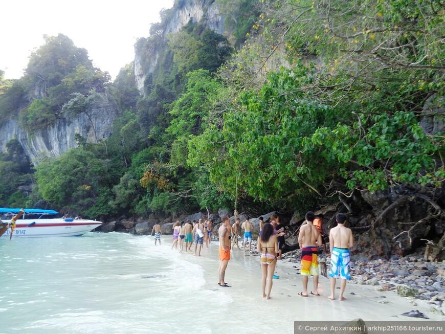 На пляже обезьян на острове Пхи-Пхи Дон
