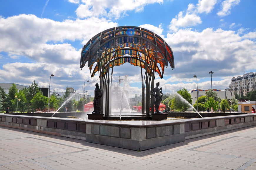 04. Есть конечно и приятные вещи – например этот фонтан «Времена года» находящийся на… Фонтанной площади!