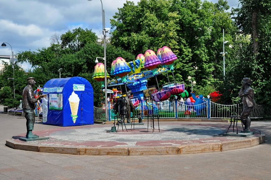 06. На цирковой площади (а бульвар выходит ровно на цирк) находятся памятники Никулину, Попову и Карандашу.