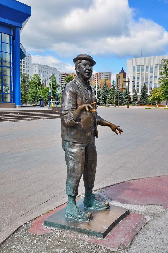 """07. Бронзовая фигура Юрия Никулина. Здесь он похож на себя больше, чем на композиции в <noindex><a href=""""https://www.tourister.ru/go?url=http://butyrskii.com/photoalbum/24354/8802114#photo"""" class=""""ext_link"""" target=""""_blank""""><strong>Сочи</strong></a></noindex>."""