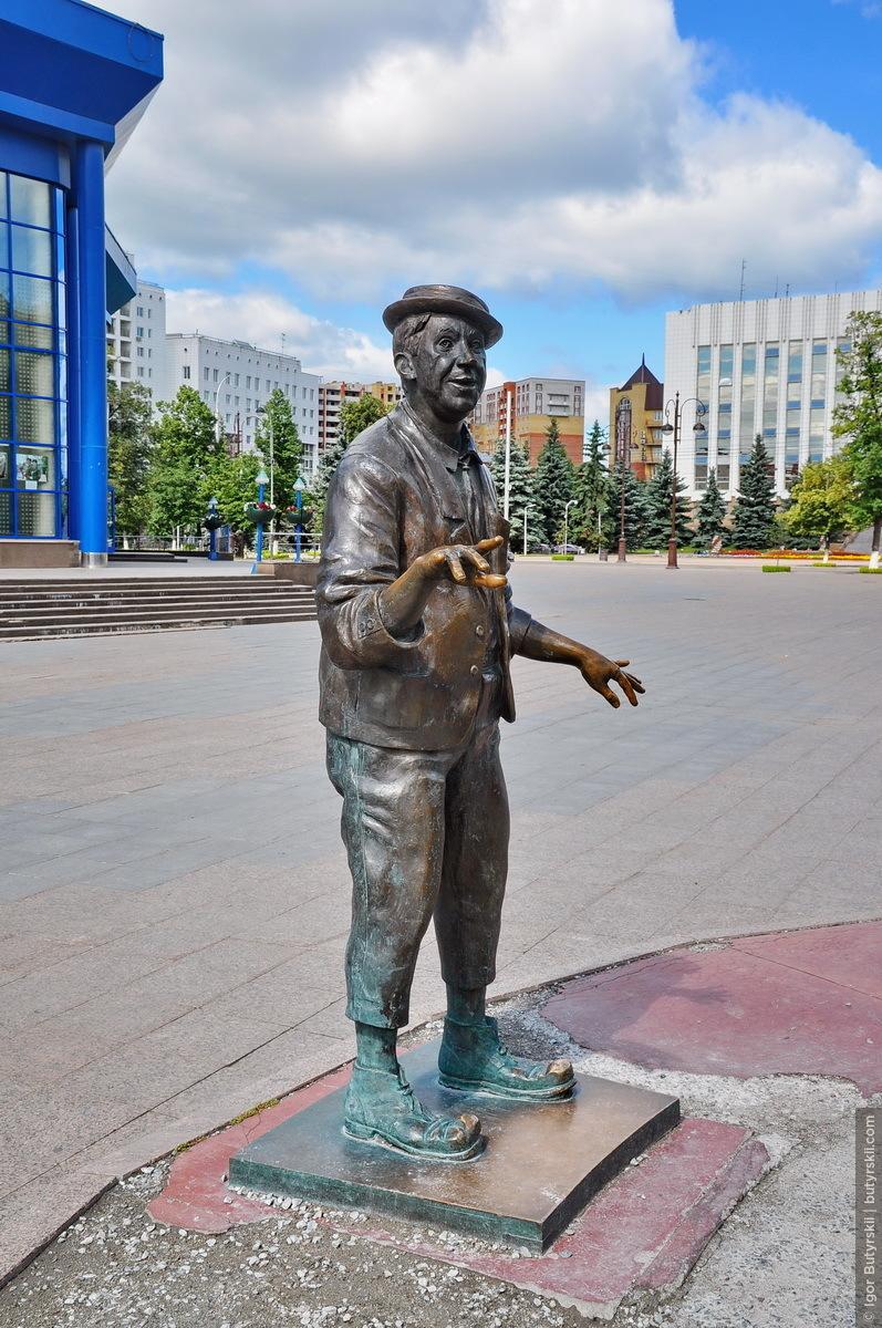"""07. Бронзовая фигура Юрия Никулина. Здесь он похож на себя больше, чем на композиции в <a href=""""http://butyrskii.com/photoalbum/24354/8802114#photo"""" target=""""_blank"""" class=""""ext_link""""><strong>Сочи</strong></a>., Тюмень — Цветной бульвар"""