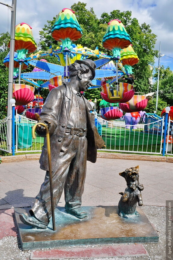 09. Скульптура клоуна Карандаша (Михаила Румянцева) со своей собачкой – Кляксой.