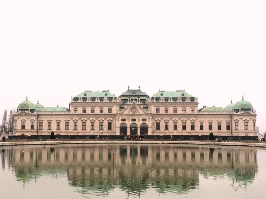 В первую очередь было решено осмотреть Бельведер - великолепный дворец Евгения Савойского. И как же я люблю всё то, что в 21 веке напоминает нам о временах могущественных империй, корсетов и балов...