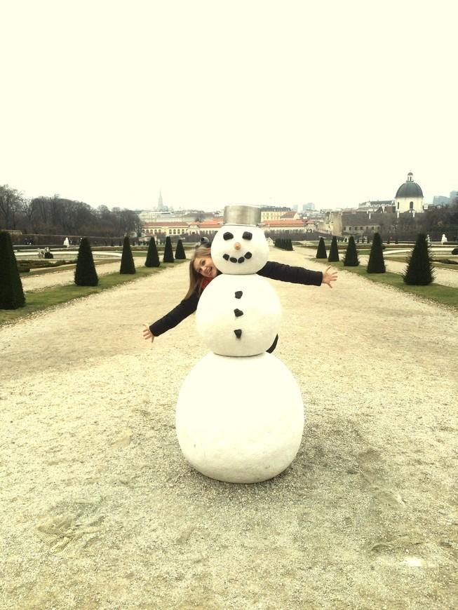 А в летнем саду, в котором зимой растёт лишь трава да ели, красуется весёлый снеговик с кастрюлькой на макушке!