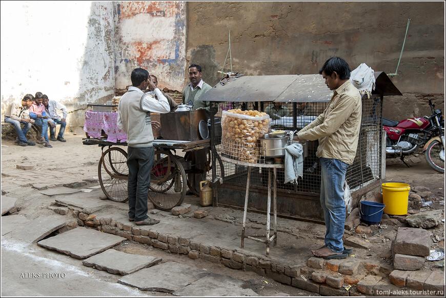 """Какой-то местный фастфуд в виде жареных шариков. Все по-индийски непритязательно. Скорее всего эти шарики называются """"пури"""". И для их изготовления нужны всего лишь: мука, вода, масло и соль. Есть еще у индийцев молочные шарики в сиропе, которые называются  """"гулаб джамун""""."""