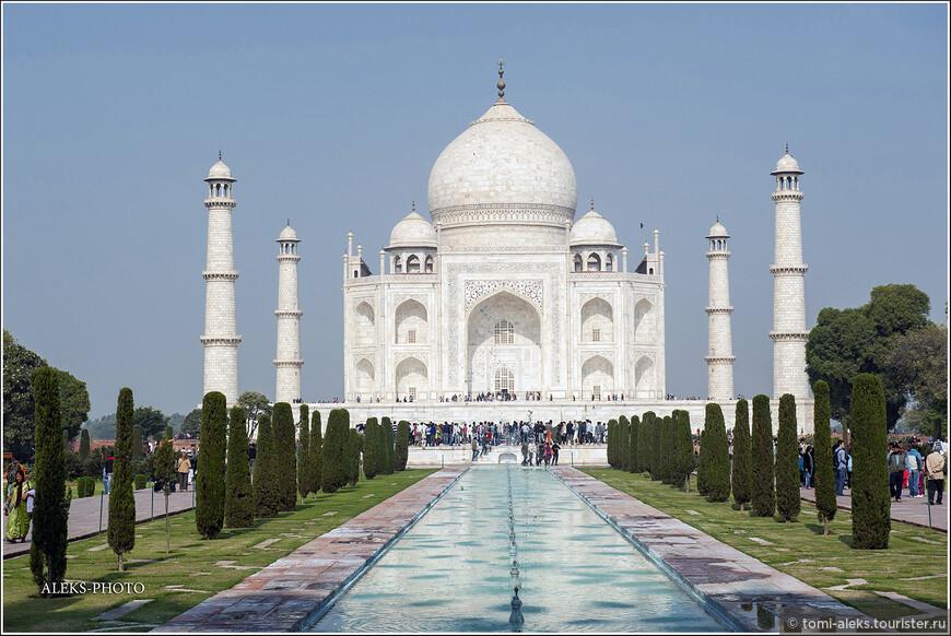 """Тадж-Махал в современных справочниках фигурирует, как одно из семи новых чудес света. Название дворца переводится с персидского, как """"Величайший дворец"""". Слово """"махал"""" - дворец - мы уже встречали в Джайпуре. У многих при виде этого здания происходит от восхищения чуть ли не экстаз. В саду, окружающем здания находится два вида деревьев. Фруктовые - олицетворяют жизнь, а кипарисы - смерть."""