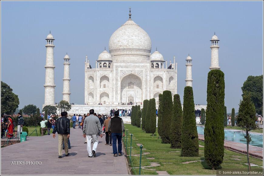 Этот мавзолей-мечеть был построен по воле падишаха Шах-Джахана. Он решил построить такую шикарную усыпальницу из белого мрамора в память о жене Мумтаз, которая умерла при родах 14-го ребенка. Здание строили 20 тысяч ремесленников в течение чуть более 20 лет (с 1632 года).