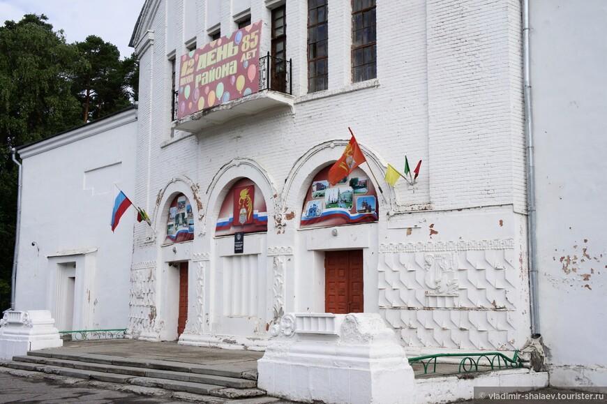 Этот архитектурный памятник тоже имеет отношение к ткацкой мануфактуре купцов Балиных. Народный дом был построен по проекту Герлиха в 1910 году, к 25-летнему юбилею товарищества Балиных. Сегодня это Дом культуры.