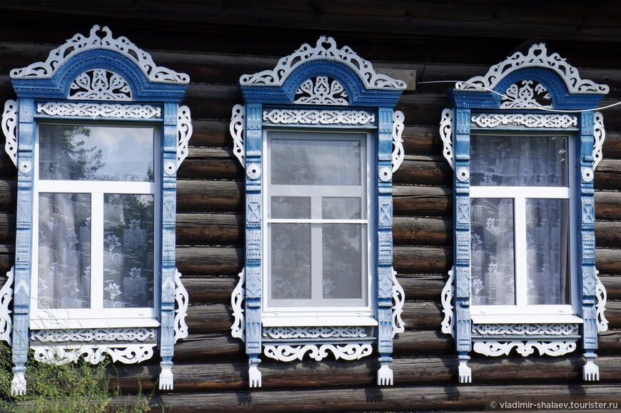Здесь можно увидеть старые деревянные дома с красивыми резными наличниками.