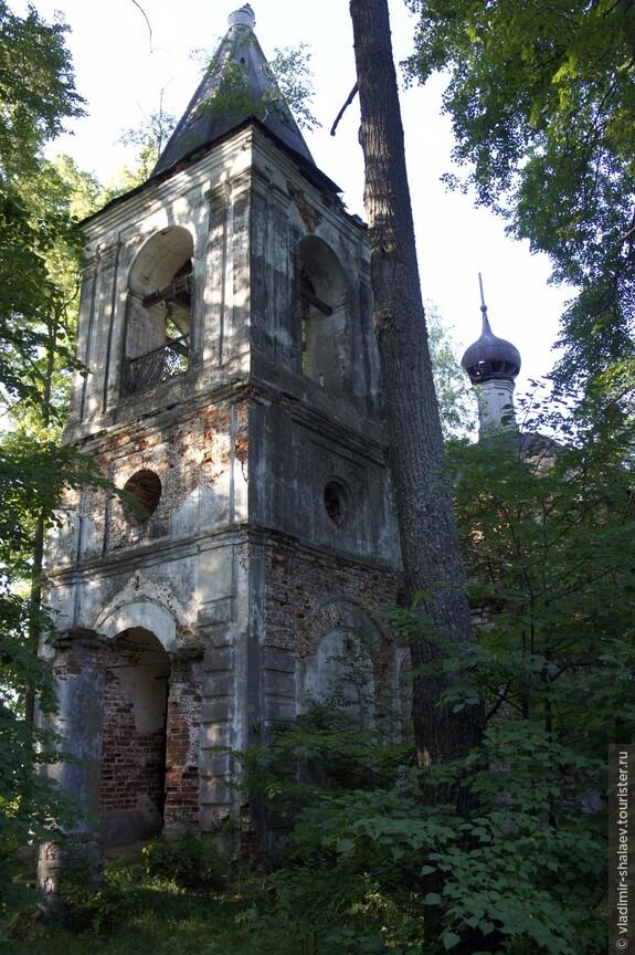 Сейчас выяснил, что это Церковь Владимирской иконы Божией Матери. Расположена на погосте, вне села Малая Ламна, в окружении деревьев.
