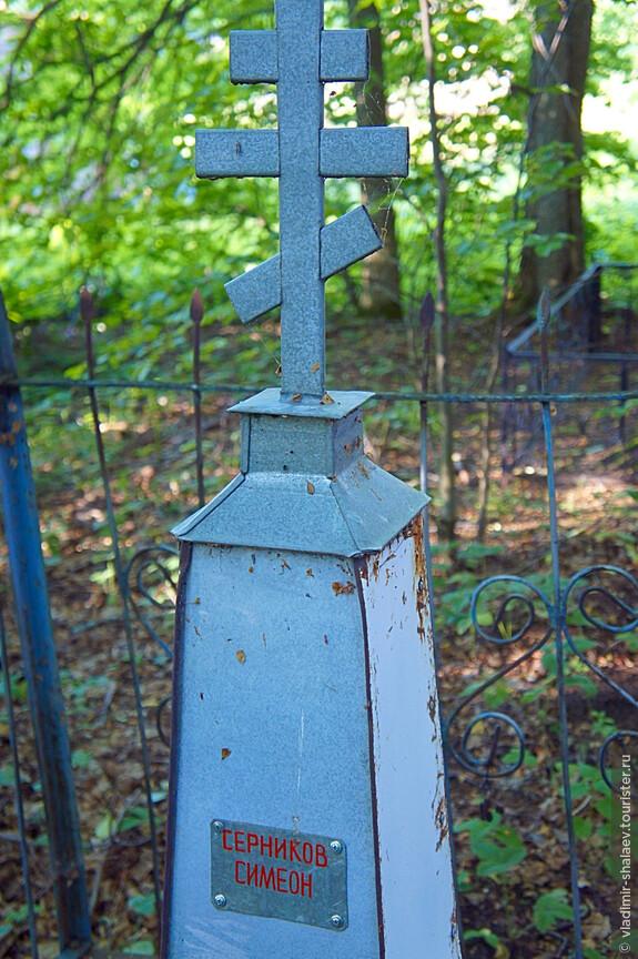 """На кладбище на берегу Богоявленского озера. Кладбище брошенное, почти без памятников, по которым хотя бы можно было примерно определить его """"возраст""""...лишь старинные имена краской."""