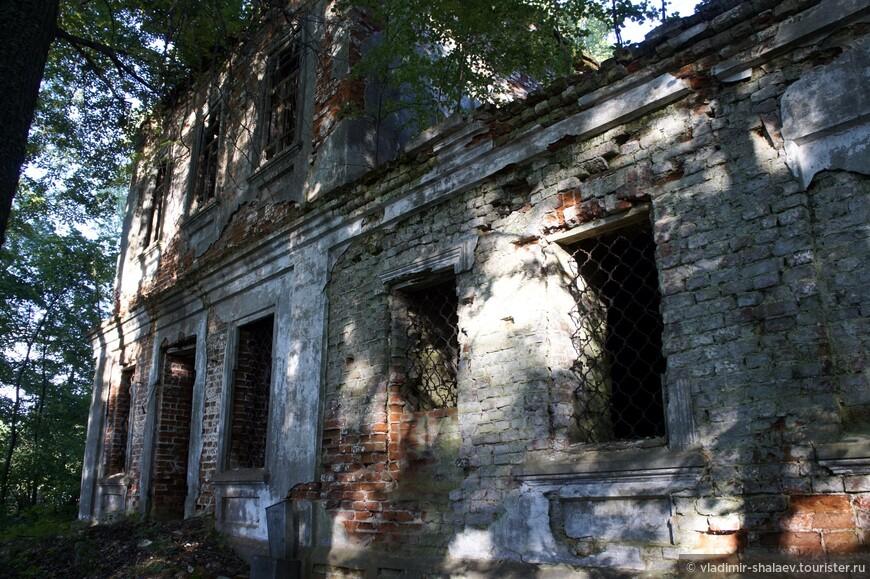 Кирпичная оштукатуренная церковь построена в 1823 г. на месте старой деревянной, известной с 1628 г. Небольшой сельский храм в стиле раннего классицизма, отличающийся провинциальной упрощенностью форм.