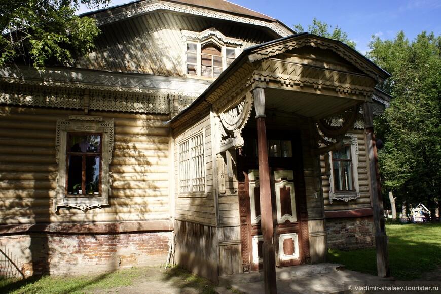 В бывшей фабричной богадельне размещается городская школа, в особняке хозяев, купцов Балиных — детский сад.
