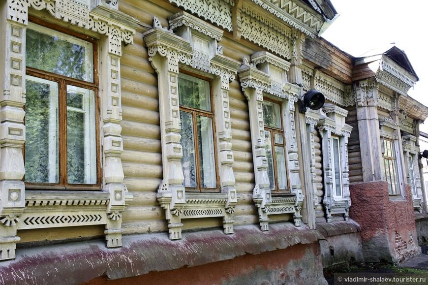 Особняк в сравнении с фабричными строениями выглядит скромно: большая деревянная изба на улице с соответствующим названием Дача.