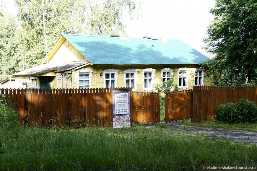 """Остановиться можно в гостевом доме """"Русская Дача"""". Он расположен в парковой зоне. Это маленький уютный семейный отель."""