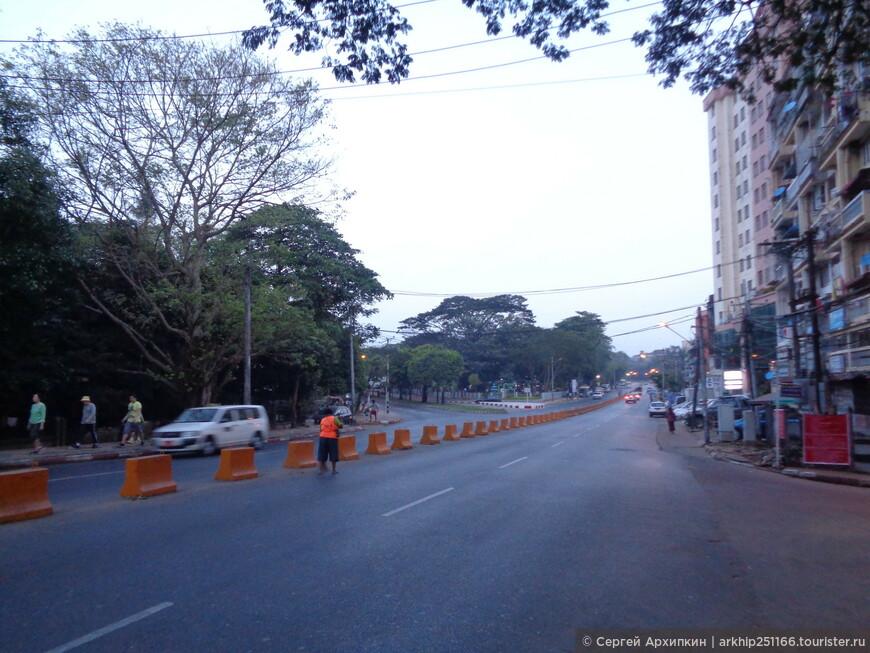 По утренним улицам Янгона я направился к главной пагоде Бирмы - пагоде Шведагон