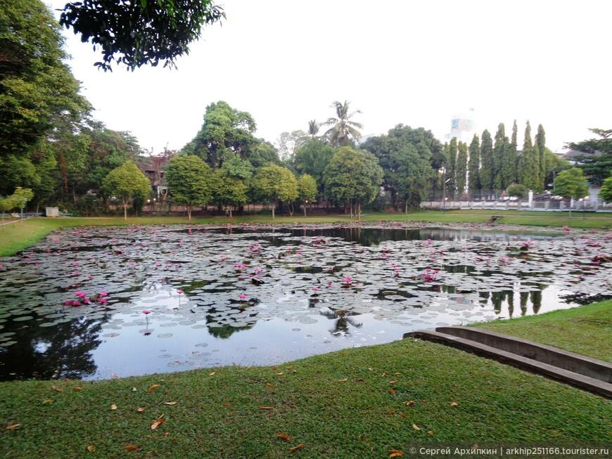 Вскоре я подошел к озеруKan Taw Min Lake  в парке - Kan Taw Mingalar Garden