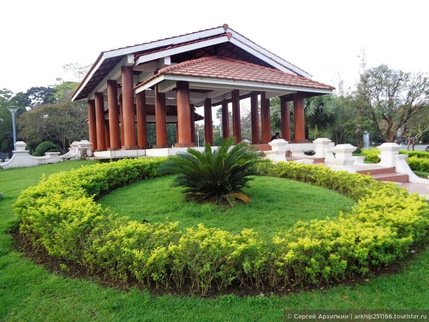 В парке Kan Taw Mingalar