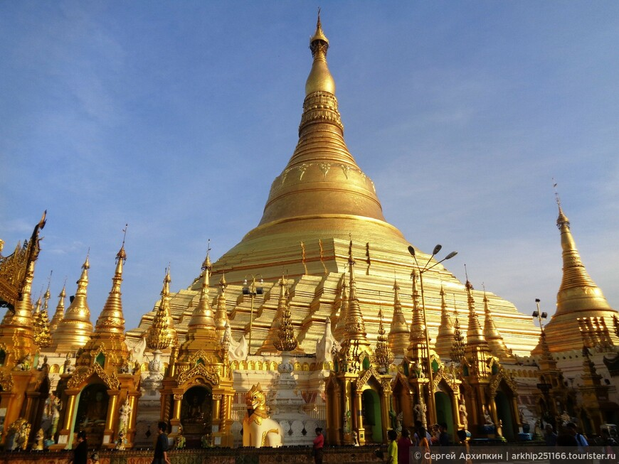 Пагода Шведагон - огромна -ее высота -96 метров - она полностью позолоченная, при этом - это не сусальное золото, а листовое