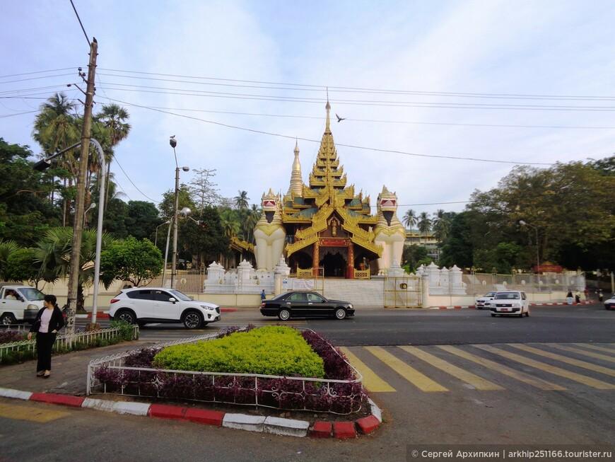 Центральный (западный вход) в Пагоду Maha Wizaya