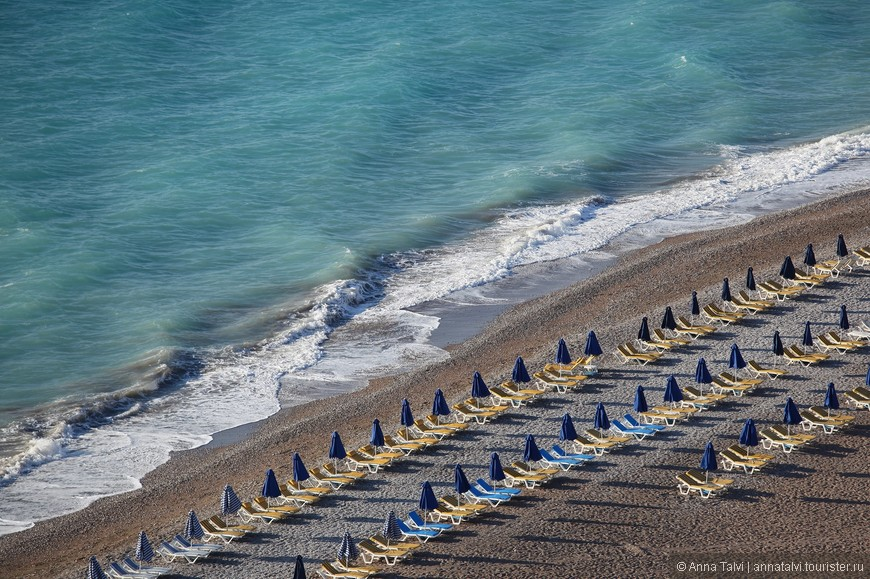 Прыгать на волнах Эгейского моря так, чтобы накрывало с головой и выбрасывало на берег, а когда наскучат удары волн, то присоединиться к спокойной группе туристов, которые на Средиземном пляже, там море тихое и теплое...