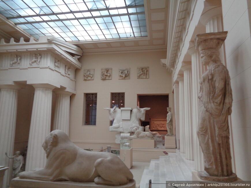 Тема античности можно начать смотреть в Греческом дворике- где представлены слепки знаменитых древнегреческих статуй и архитектурных фрагментов
