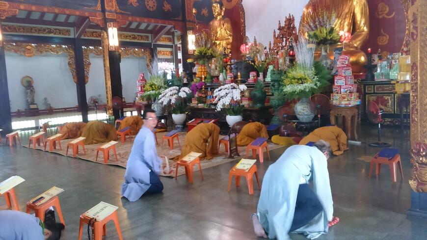 в буддиской церкви во время службы