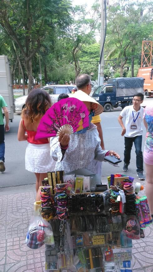 продавец сувенирчиков в Хошимине