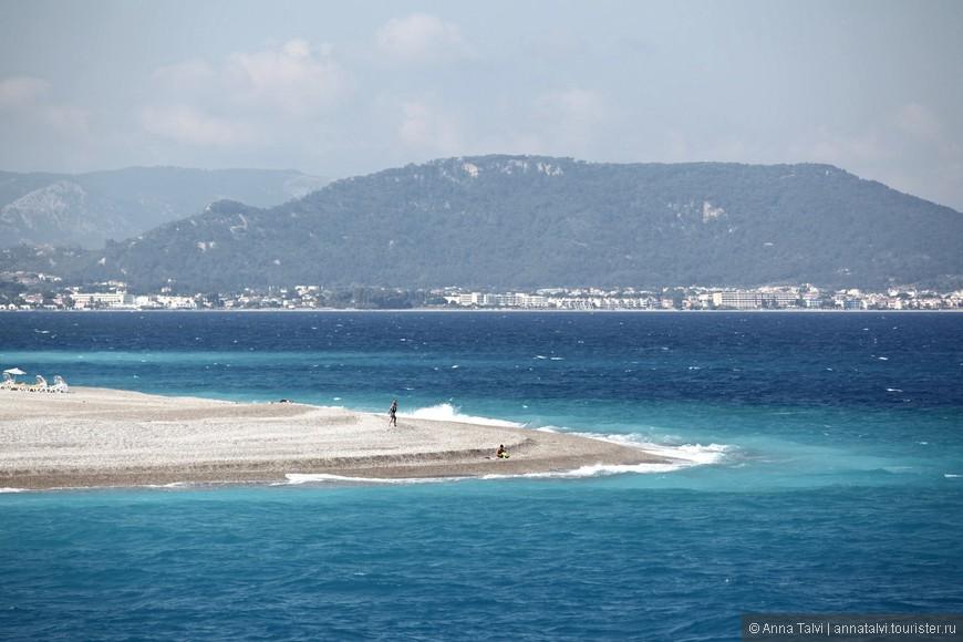 Cтык двух морей: направо Средиземное, a налево Эгейское.