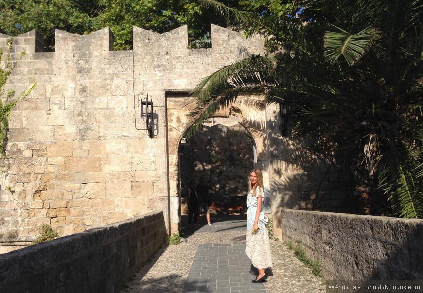 Весь день шли неверной дорогой, утром пропустили поворот который вел к Акрополю, заблудились и отложили визит на другой день... Вечером пошли гулять в Старый город, планировали подняться на вышку, но до этого прогуляться по улицам крепости, она оказалась очень пустынной, за весь путь встретили пару туристов. Казалось бы, так хорошо знаем старый город, сколько раз там гуляли, бродили, все изучали, а тут заболтались и снова прошли мимо поворота, который соединяет пустынную крепость с живым и шумным старым городом.  Идем, идем, совсем не спеша, слегла темнеет, нас окружают очень высокие и могучие стены, в темно-синем с оранжевым отливом небе летаю вороны, каркают, легкий ветерок и больше никого! Пошли по дорожке, там тупик, по другой тоже тупит, лабиринт... Птицы навевают легкий страх и кружатся возле нас. Пробегают мысли, что мы скорее всего заблудились. Бродили, уже почти темно, хочется пить, но воды нет... И тут из арки выскочили два мальчишки в масках с водяными пистолетами, мы напугались и рассмеялись одновременно. Они указали нам путь к выходу, но тут на тонкой тропинке, уже в темноте просматривался силуэт большого пса, он стоит и не сходит с дороги, мы подходим ближе, но собачка все стоит и теперь уже идет за нами, выпроводила нас до ворот и ушла...