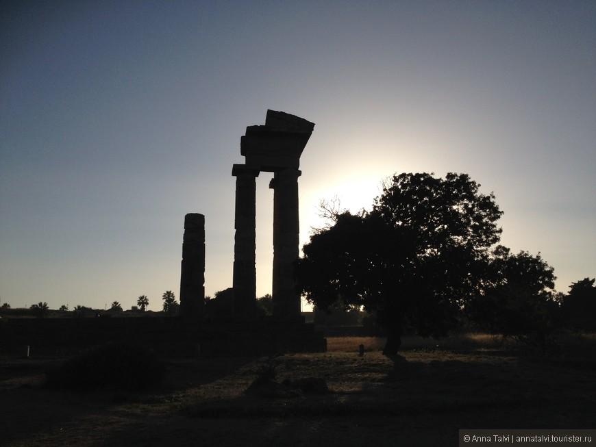 Bечером мы добрались к Акрополю! На закате колонны выглядят очень впечатляюще! Все изучили! Вдохнули историю и средневековую пыль ...