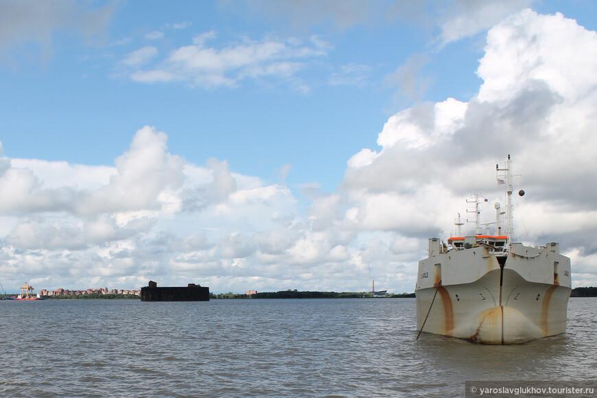 А мимо нас проплывают грузовые корабли.