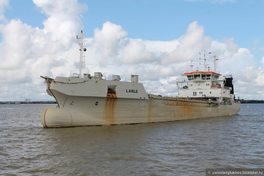 Возле Кронштадта плавает много различных кораблей.