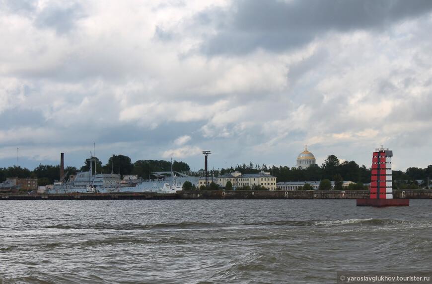 Гавани Кронштадта. Отсюда виден купол Морского собора.