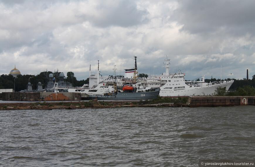 В гаванях Кронштадта находится множество различных кораблей.