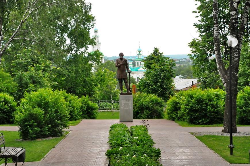 12. Памятник Губкину, местному меценату и благотворителю.