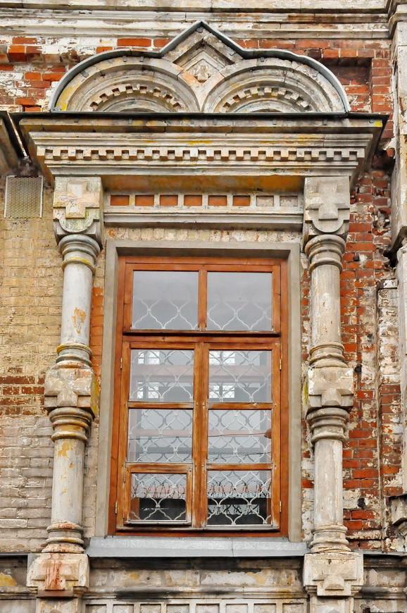 25. У храма сохранились прекрасные элементы декора и оригинальные окна, надеюсь реставраторы сохранят их.