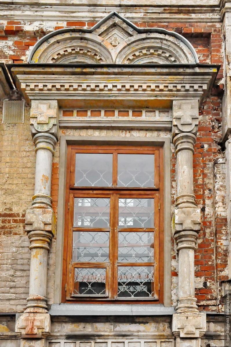 25. У храма сохранились прекрасные элементы декора и оригинальные окна, надеюсь реставраторы сохранят их., Кунгур