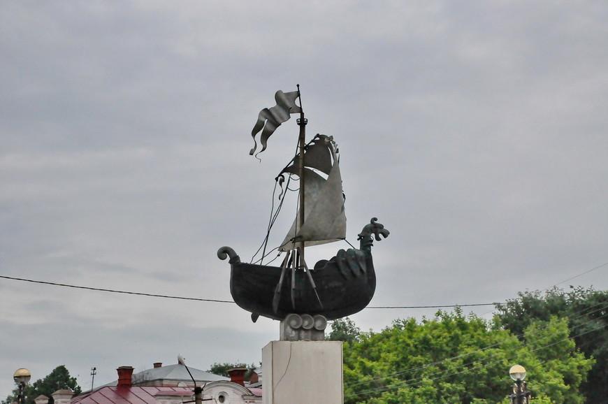 31. Интересная скульптура, больших рек в городе нет, хотя возможно раньше Сылва была широкой рекой.