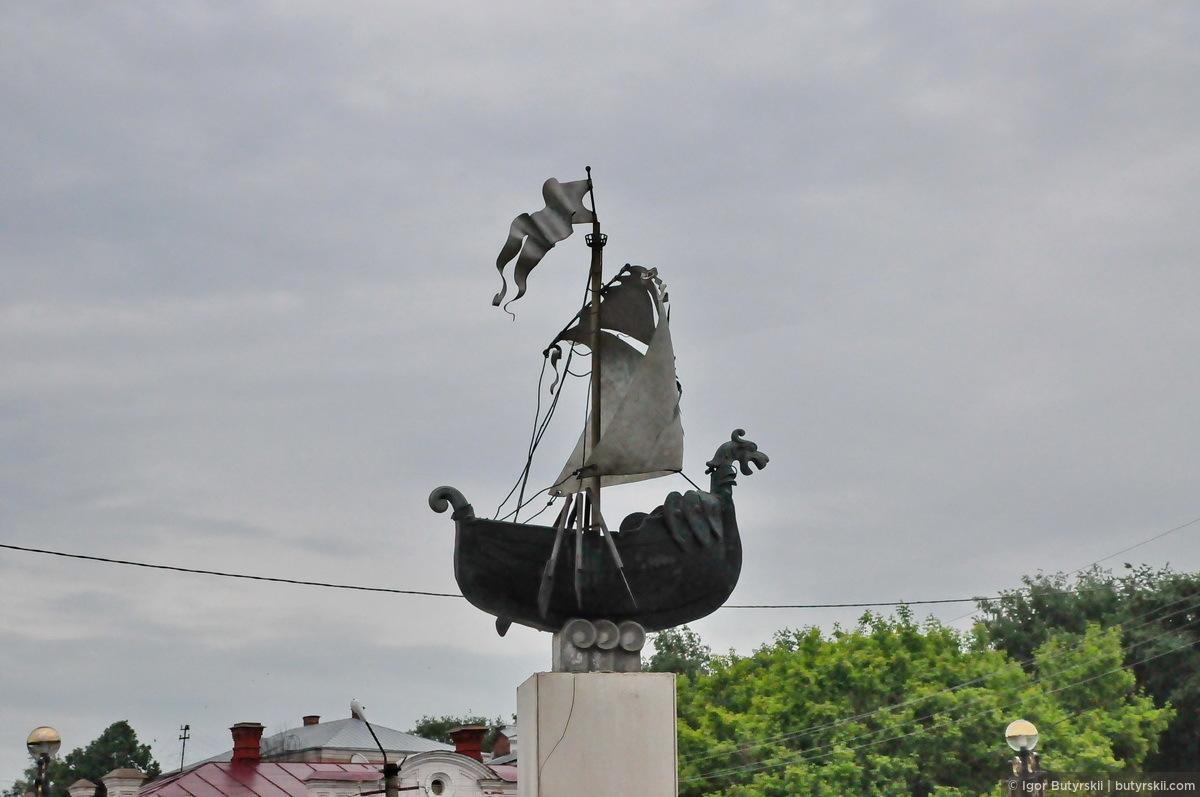 31. Интересная скульптура, больших рек в городе нет, хотя возможно раньше Сылва была широкой рекой., Кунгур