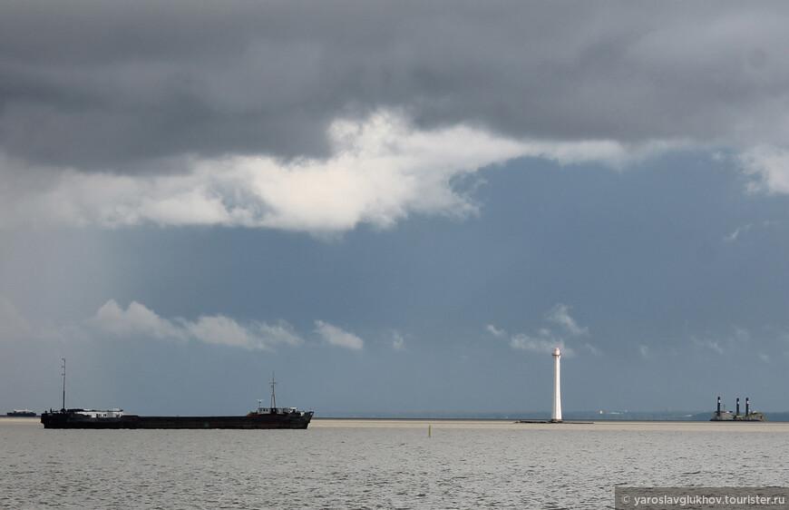 Панорама Невской губы. Погода была предгрозовая, а точнее, послегрозовая.